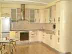 Кухня со всетло кремовыми фасадами малая